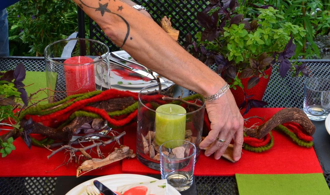 Äste, Wolle und Kerzen als Tischdekoration