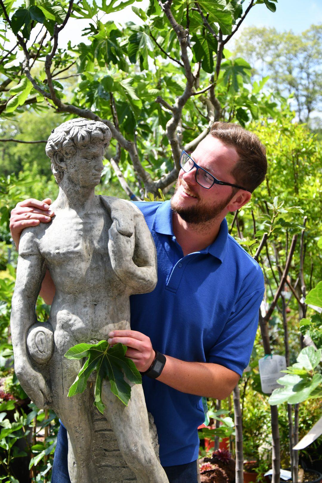 Mitarbeiter mit nackter Statue und Feigenblatt
