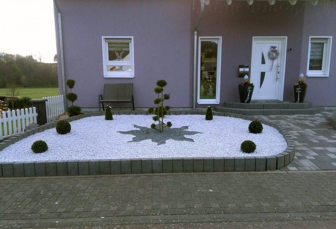 Vorgarten im Schottergarten Stil