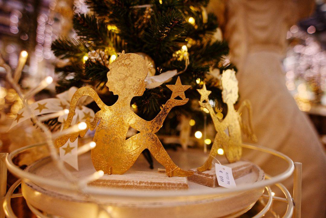 Mit Blattgold verzierte Engelsstaturen im Weihnachtsbazar