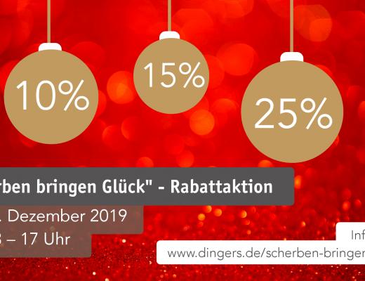 Drei goldenen Weihnachtskugeln mit Aufschrift 10%, 15% und 25% vor rotem Hintergrund. Text Scherben bringen Glück Rabattaktion.