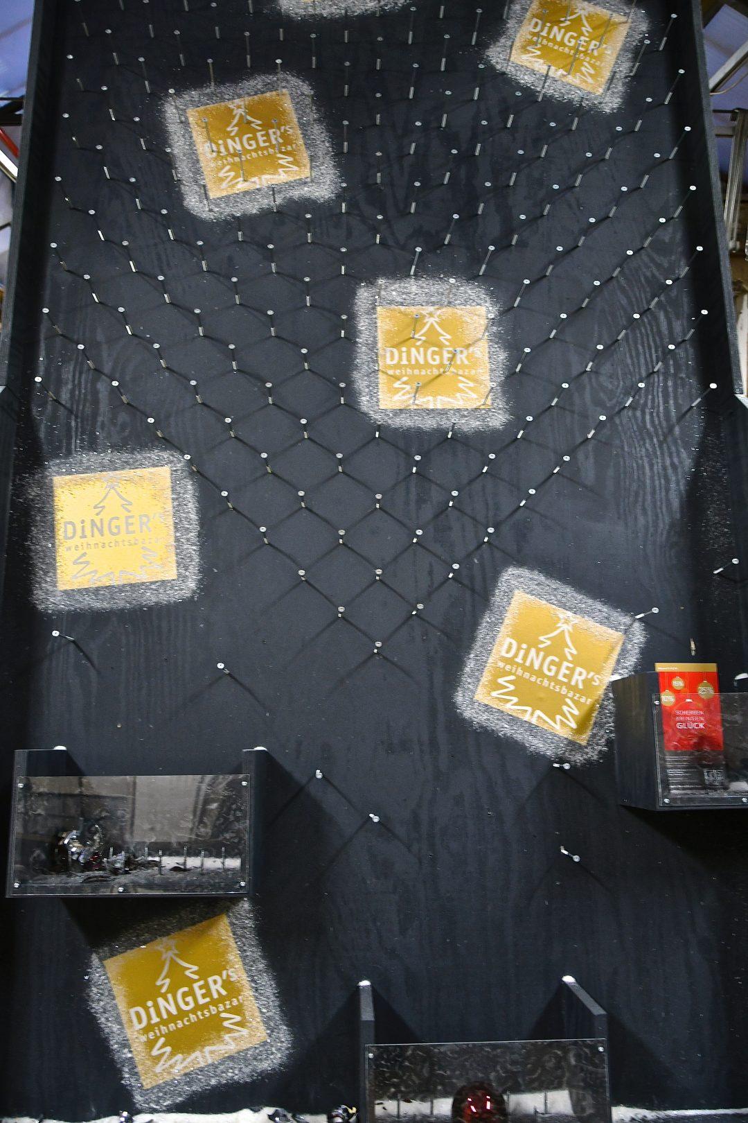 Scherben bringen Glück Rabatt-spiel graue Holzwand mit vielen Schrauben und Logos des Dinger's Weihnachtsbazar.