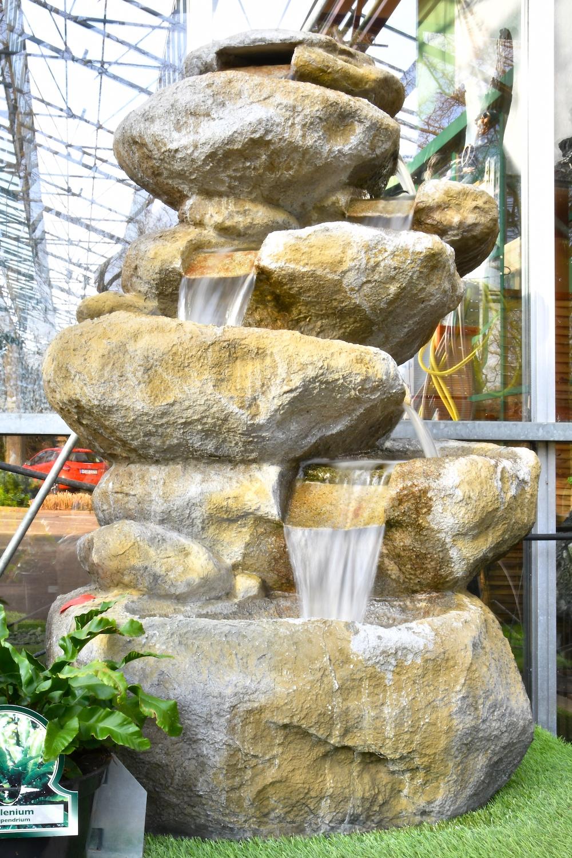 Ein großer Outdoor Brunnen, bei dem das Wasser über fünf Etagen nach unten fließt.