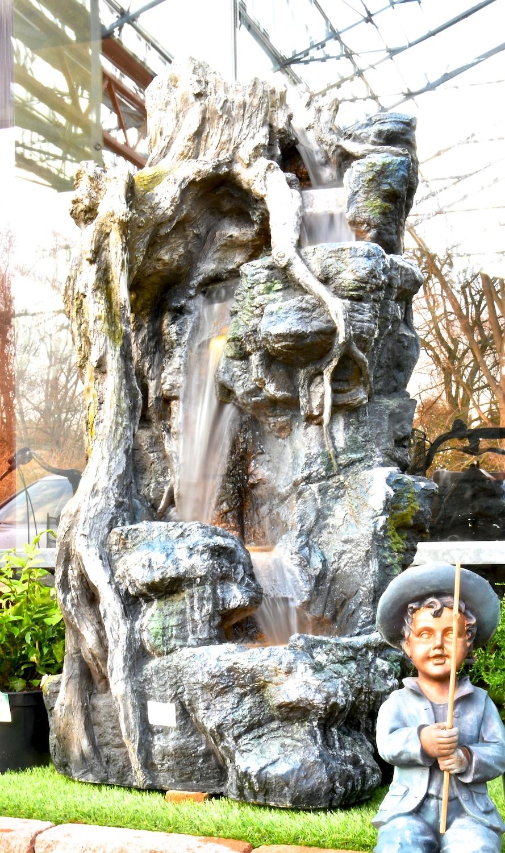 Das Wasser fließt an diesem verwunschen wirkendem Brunnen hinab