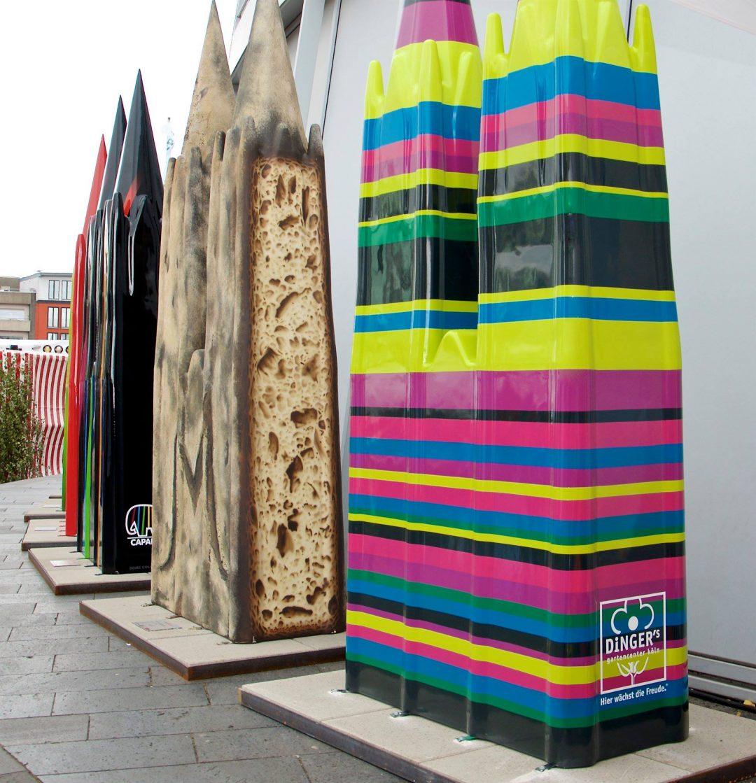 Diverse kreative Kölner Dome vor dem Kölner Schokoladenmuseum