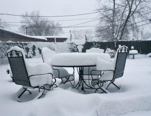 Von Schnee bedeckte Gartenmöbel